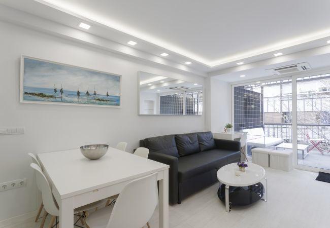 Apartamento en Madrid - Estudio con terraza y piscina en Barrio de Salamanca. Totalmente equipado, con A/C e internet