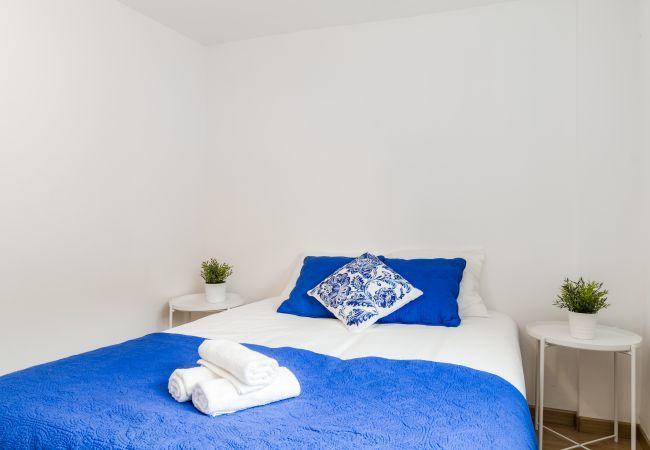 Apartamento en Madrid - Bajo con 2 habitaciones. Totalmente equipado, con A/C e internet. Metro al lado